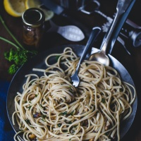 Pasta linguine with anchovies and walnuts.